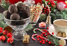 Tabla festiva de la Navidad con el postre dulce Foto de archivo