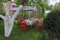 Tabla festiva en el jardín Foto de archivo