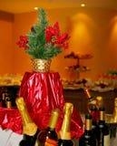 Tabla festiva maravillosamente adornada en la comida fría en el restaurante con el árbol de navidad en la tabla Fotos de archivo libres de regalías
