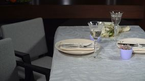Tabla festiva servida en el restaurante almacen de video