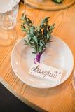 Tabla festivamente adornada dentro del restaurante foto de archivo