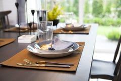 Tabla fijada en la tabla dinning de madera en casa Imagen de archivo