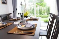 Tabla fijada en la tabla dinning de madera en casa Imágenes de archivo libres de regalías