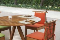 Tabla fijada en la tabla dinning de madera en casa Fotografía de archivo libre de regalías