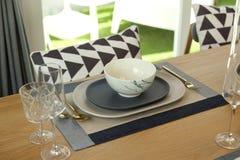Tabla fijada en la tabla dinning de madera en casa Foto de archivo libre de regalías
