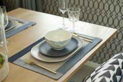 Tabla fijada en la tabla dinning de madera en casa Foto de archivo