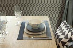 Tabla fijada en la tabla dinning de madera en casa Fotos de archivo