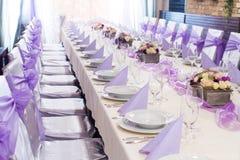 Tabla fijada para casarse la decoración púrpura Foto de archivo