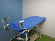 Tabla ginecológica vieja del examen médico foto de archivo libre de regalías