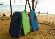 Tabla hawaiana colocada en la playa Imagen de archivo libre de regalías