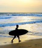 Tabla hawaiana de la silueta de la playa de la resaca del muchacho Foto de archivo