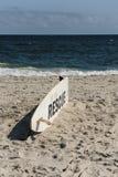Tabla hawaiana del rescate en la tabla hawaiana del beachrescue en la playa imagen de archivo