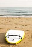 Tabla hawaiana en la arena en una playa Foto de archivo libre de regalías