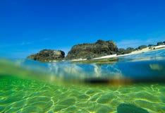 Tabla hawaiana en la playa salvaje fotos de archivo