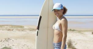 Tabla hawaiana sonriente del abarcamiento de la mujer Imagen de archivo libre de regalías
