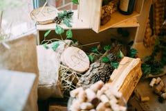 Tabla hermosa de la boda con la decoración de la boda abedul Foto de archivo libre de regalías