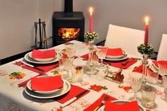 Tabla hermosa del Año Nuevo con la estufa ardiente de madera de la servilleta roja en fondo Fotografía de archivo