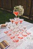 Tabla hermosa del día de fiesta con bocados y una pirámide de vidrios Imagen de archivo