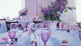 Tabla hermosa y elegante que fija platos y las flores para las celebraciones almacen de metraje de vídeo