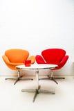 Tabla interior moderna con la taza de café y dos sillas Fotografía de archivo libre de regalías