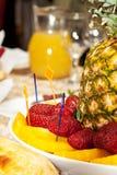 Tabla lujosamente adornada con la piña y el primer de las fresas Imagen de archivo