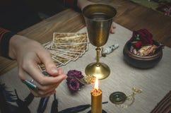 Tabla mágica del escritorio Tarjetas de Tarot Lectura futura Concepto del adivino Imágenes de archivo libres de regalías