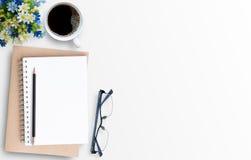 Tabla mínima blanca del escritorio de oficina con el ordenador portátil Fotos de archivo libres de regalías