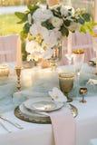 Tabla maravillosamente adornada con las flores Imagen de archivo libre de regalías