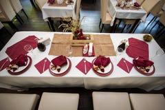 Tabla maravillosamente adornada en el restaurante para la cena de boda Fotos de archivo libres de regalías