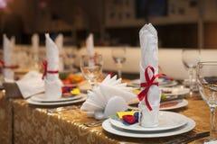 Tabla maravillosamente adornada en el restaurante para una boda Foto de archivo libre de regalías
