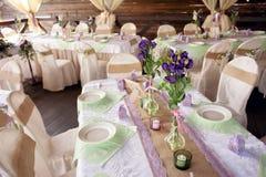 Tabla maravillosamente adornada para la ceremonia de boda Tabla de banquete servida adornada con las flores frescas en el aire ab Imagenes de archivo