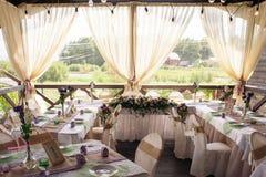 Tabla maravillosamente adornada para la ceremonia de boda Tabla de banquete servida adornada con las flores frescas en el aire ab Imágenes de archivo libres de regalías