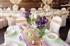Tabla maravillosamente adornada para la ceremonia de boda Tabla de banquete servida adornada con las flores frescas en el aire ab Fotos de archivo libres de regalías