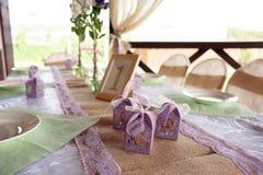Tabla maravillosamente adornada para la ceremonia de boda Tabla de banquete servida adornada con las flores frescas en el aire ab Foto de archivo libre de regalías
