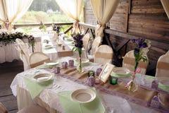 Tabla maravillosamente adornada para la ceremonia de boda Tabla de banquete servida adornada con las flores frescas en el aire ab Foto de archivo