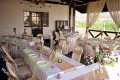 Tabla maravillosamente adornada para la ceremonia de boda Tabla de banquete servida adornada con las flores frescas en el aire ab Fotografía de archivo libre de regalías