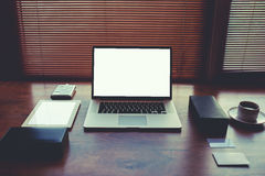 Tabla moderna del espacio de trabajo del hombre de negocios o del empresario con los accesorios del estilo y la taza de café Fotografía de archivo