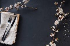 Tabla negra del restaurante adornada con las flores Fotografía de archivo libre de regalías