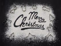 Tabla negra escrita palabra de la Feliz Navidad Hornada de la Navidad Fabricación de las galletas de la Navidad del pan de jengib Foto de archivo