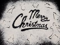 Tabla negra escrita palabra de la Feliz Navidad Hornada de la Navidad Fabricación de las galletas de la Navidad del pan de jengib Imagenes de archivo