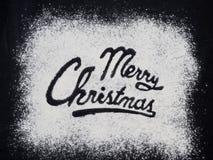 Tabla negra escrita palabra de la Feliz Navidad Hornada de la Navidad Fabricación de las galletas de la Navidad del pan de jengib Fotos de archivo