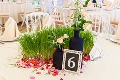 Tabla para las huéspedes en el pasillo de la boda Imagen de archivo libre de regalías