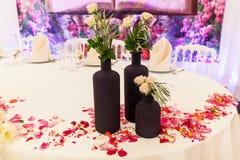 Tabla para las huéspedes en el pasillo de la boda Imagenes de archivo