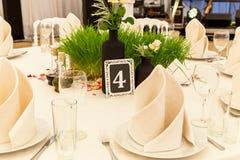 Tabla para las huéspedes en el pasillo de la boda Foto de archivo libre de regalías