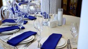 Tabla para un partido o una recepción nupcial, un concepto de la decoración para las bodas o eventos sociales metrajes