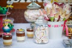 Tabla por completo con los dulces foto de archivo libre de regalías