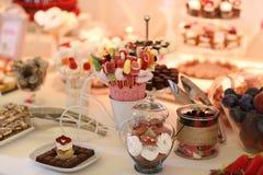 Tabla por completo con los dulces Imagen de archivo libre de regalías