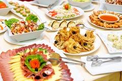 Tabla con la comida deliciosa Imagen de archivo libre de regalías