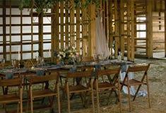Tabla puesta casandose banquete en un granero Paredes de madera Fotos de archivo