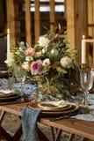 Tabla puesta casandose banquete Velas y ramo Styl del vintage Imagen de archivo libre de regalías
